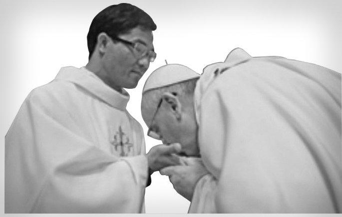 papa-francesco-bacia-mani-sacerdoti